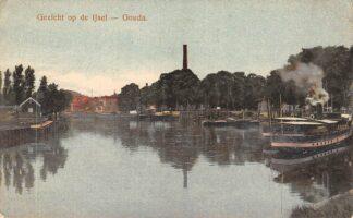 Ansichtkaart Gouda Gezicht op de IJsel Veerstal met stoomboten Reederij op de IJssel naar Rotterdam Binnenvaart schepen Scheepvaart HC25257