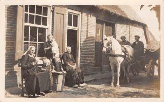 Ansichtkaart Nunspeet Bij de Boerderij Klederdracht Paard en wagen 1955 Dorpsleven Veluwe HC25305