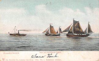 Ansichtkaart Vlaardingen Naar zee vertrekkende loggers met sleepboot Vissers schepen HC25395