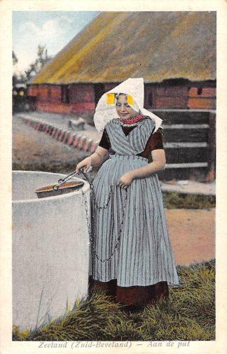 Ansichtkaart Zuid-Beveland Aan de put Meisje in klederdracht 1927 HC25488
