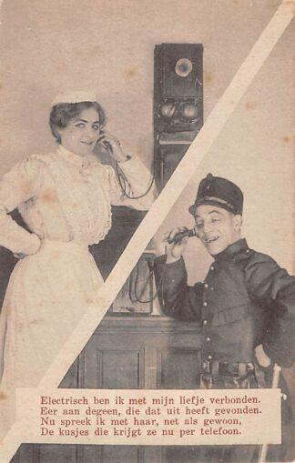 Ansichtkaart Militair Mobilisatie WO1 1914-1918 Electrisch ben ik met mijn liefje verbonden .. Soldaat met vrouw aan de telefoon Humor HC25650