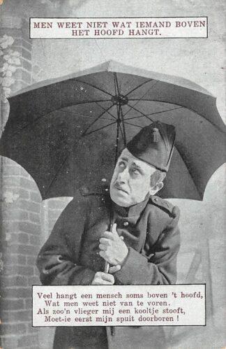 Ansichtkaart Militair Mobilisatie WO1 1914-1918 Men weet niet wat iemand boven het hoofd hangt Humor HC25662