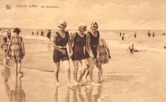 Ansichtkaart België Knokke aan Zee Drie dames in badpak op het strand Knocke sur Mer Nos Baigneuses HC25713