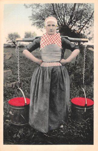 Ansichtkaart Elburg Naar de wei Melkmeisje in klederdracht Veluwe HC25783