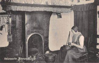 Ansichtkaart Elspeet Veluwsche Binnenhuisje Vrouw in klederdracht schilt aardappels Dorpsleven Veluwe HC25831