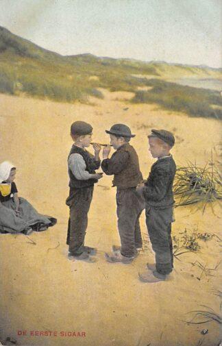 Ansichtkaart Zeeland Kinderen in klederdracht in de duinen De eerste sigaar HC25941