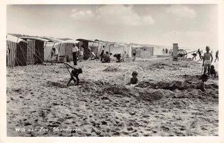Ansichtkaart Wijk aan Zee Badhuisjes en spelende kinderen op het strand 1955 HC25992