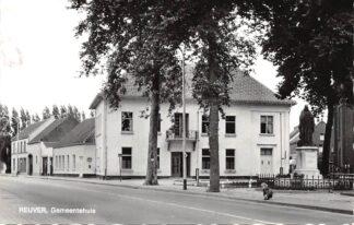 Ansichtkaart Reuver Gemeentehuis met monument 1968 Beesel HC26051