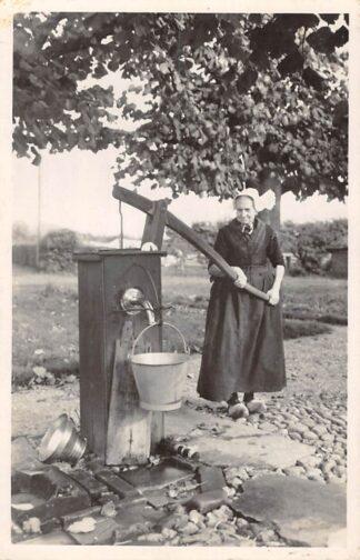 Ansichtkaart Veluwe Bij de pomp Boerin in klederdracht Dorpsleven 1947 HC26157
