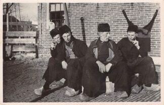 Ansichtkaart Volendam Pijp rokende vissers in klederdracht 1947 HC26167