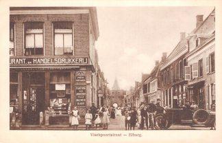 Ansichtkaart Elburg Vischpoortstraat met drukkerij auto en volk Veluwe HC26261