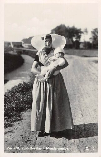 Ansichtkaart Zeeland Zuid-Beveland Moederweelde Vrouw in klederdracht met kins HC26371