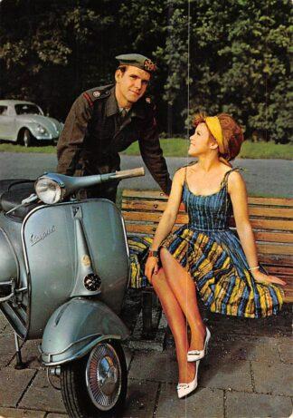 Ansichtkaart Militair Soldaat met vriendin Vespa Scooter en VW HC26507