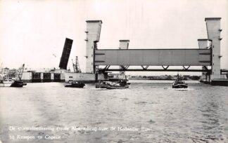 Ansichtkaart Krimpen aan den IJssel Capelle aan den IJssel De stormvloedkering en de Algera-brug over de Hollandsche IJssel 1968 Binnenvaart schepen Scheepvaart HC26965