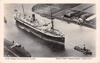 Ansichtkaart Amsterdam S.S. Pieter Corneliszoon Hooft met sleepboot op de Nieuwe waterweg bij Hoek van Holland Stoomvaart Maatschappij Nederland KLM Luchtfoto Schepen Scheepvaart HC27105