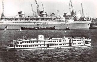 Ansichtkaart Rotterdam Rode Kruis Hospitaalschip J. Henry Dunant Op de achtergrond het m.s. Nieuw Amsterdam van de Holland Amerika Lijn 1961 Scheepvaart Schepen HC27551