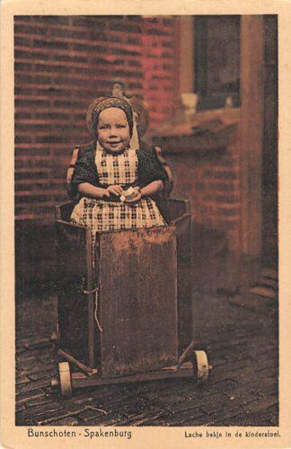 Ansichtkaart Bunschoten - Spakenburg Lachebekje in de kinderstoel Kind HC28519