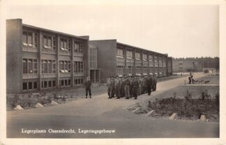 Ansichtkaart Ossendrecht Legerplaats Ossendrecht Legeringsgebouw met marcherende soldaten 1954 Militair Woensdrecht HC28684