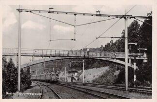 Ansichtkaart Baarn Spoorwegravijn met aankomende trein spoorbrug en seinhuisje 1951 Spoorwegen Treinen HC29359